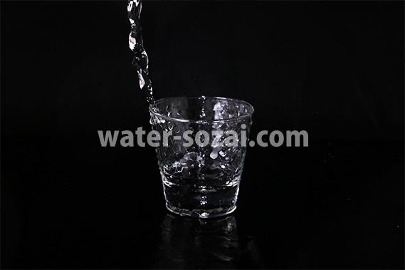 ロックグラスに水が注がれる写真・フォト素材