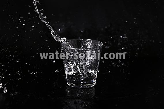 ロックグラスと水が飛び散る写真・フォト素材