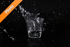 ロックグラスから水が跳ねる写真・フォト素材