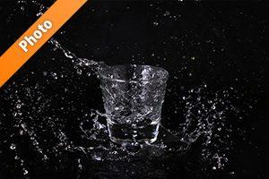 ロックグラスと水しぶきの写真・フォト素材
