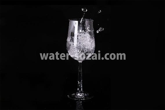 ワイングラスと水が踊る写真・フォト素材