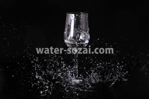 ワイングラスと水しぶきの写真・フォト素材