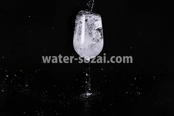 ワイングラスの水があふれる写真・フォト素材