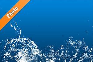 青背景の水飛沫が上がる写真・フォト