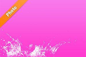 ピンク色背景の水飛沫が上がる写真・フォト