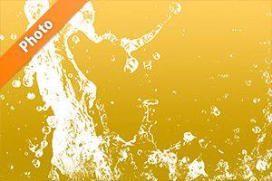 金色背景の水が跳ね上がる写真・フォト
