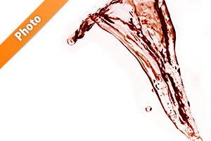 赤ワインのような水が流れ飛ぶ写真・フォト