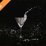 カクテルグラスと水がぶつかる写真・フォト素材