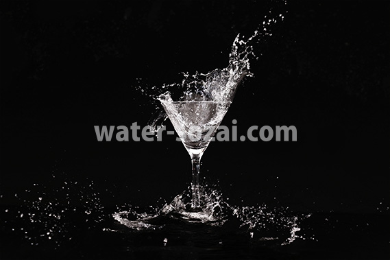 カクテルグラスの水が弾ける写真・フォト素材