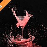 カクテルグラスと赤い液体が弾ける写真・フォト素材