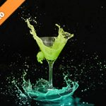 カクテルグラスと黄から青色の液体が弾ける写真・フォト素材