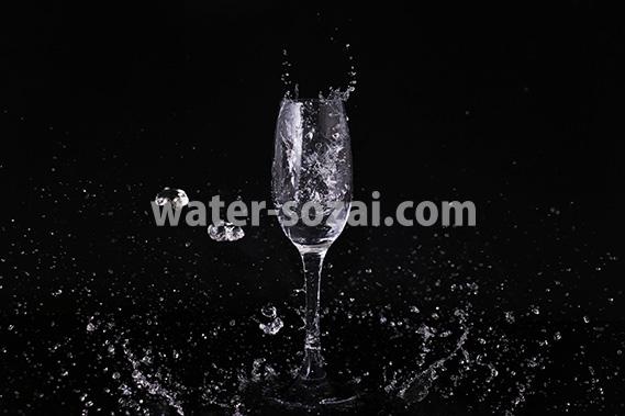 シャンパングラスと水が散布する写真・フォト素材