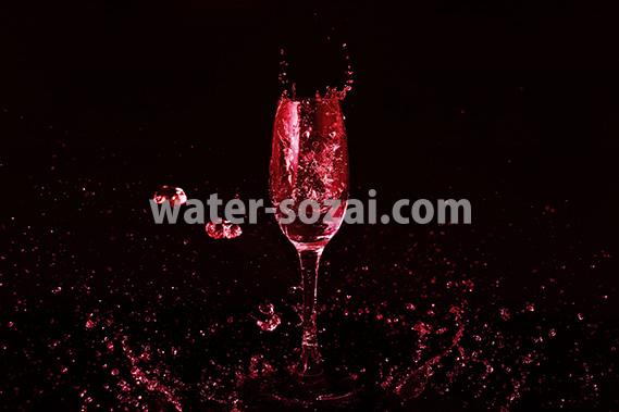 シャンパングラスと赤い液体が散布する写真・フォト素材