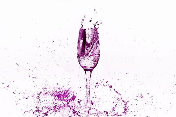ピンクに着色されシャンパングラスと水が散布する写真・フォト