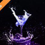 カクテルグラスと幻想的に液体が弾ける写真・フォト素材
