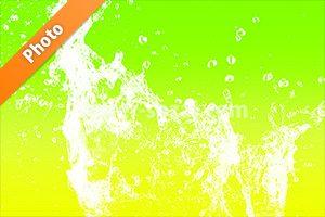 緑色から黄色の背景の水が散布する写真