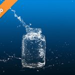 青い背景のビンと水が弾ける写真・フォト素材