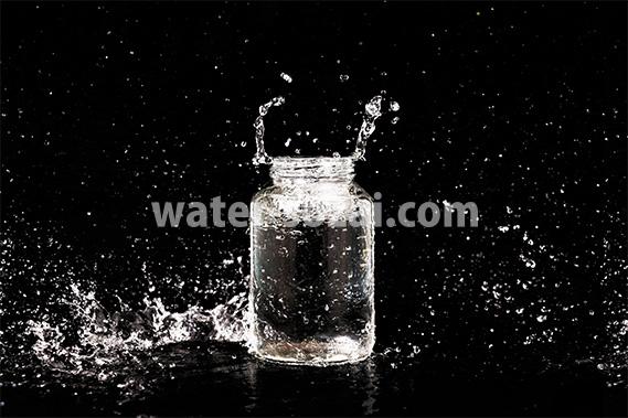ビンと水しぶきの写真・フォト素材