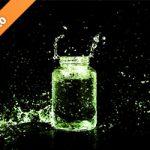 緑色に着色されたビンと水しぶきの写真・フォト素材