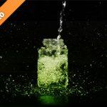 緑色に着色された、ビンに水が注がれる写真・フォト素材