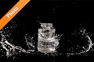 ビンと水が散布する写真・フォト素材