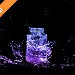 青・紫色に着色されたビンと水が散布する写真・フォト素材