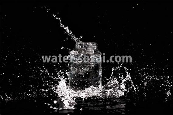 ビンと水が飛び散る写真・フォト素材