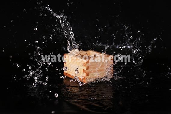 升の中の日本酒が弾ける飛び散る写真・フォト素材