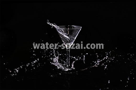 カクテルグラスと水飛沫の写真・フォト素材