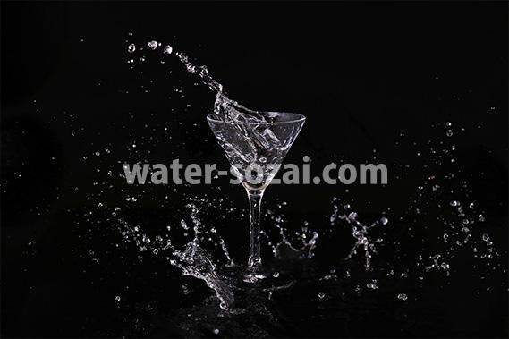 カクテルグラスと水が飛び散る写真・フォト素材