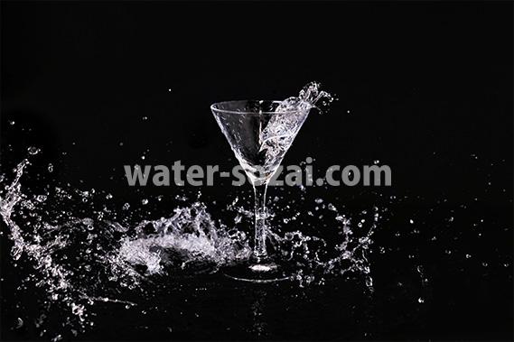 カクテルグラスと水が散布する写真・フォト素材