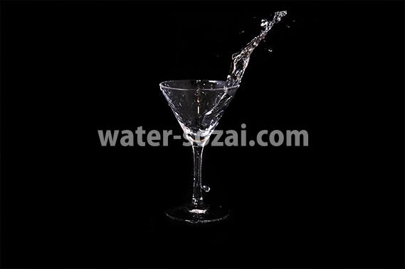 カクテルグラスの水がこぼれる写真・フォト素材
