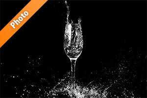 シャンパングラスと水しぶきの写真・フォト素材