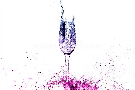 青・ピンクに着色されたシャンパングラスと水しぶきの写真・フォト