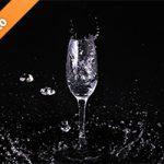 シャンパングラスと水が飛び散る写真・フォト素材