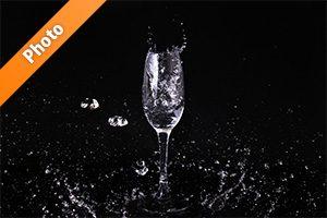 シャンパングラスと水が飛び散るの写真・フォト素材