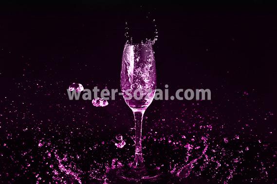 ピンクに着色されたシャンパングラスと水が飛び散るの写真・フォト素材