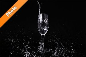 シャンパングラスと水がはじける写真・フォト素材
