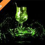 緑に着色されたワイングラスと水が散布する写真・フォト素材