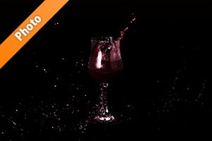 ワインとグラスが躍動する写真・フォト フリー素材