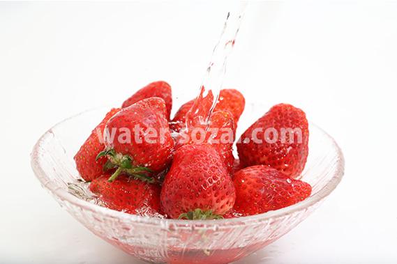 苺に水が注がれる写真・フォト フリー素材