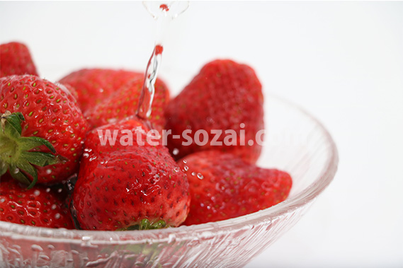 苺に注がれた水が跳ねる写真・フォト フリー素材
