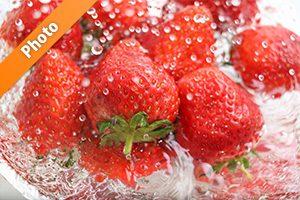 水しぶきと苺の写真・フォト フリー素材