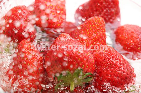 苺に水がぶつかり弾ける写真・フォト フリー素材