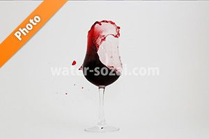 グラスの中で赤ワインが踊る写真・フォト