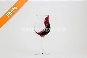 グラスの中で赤ワインが波打つ写真・フォト
