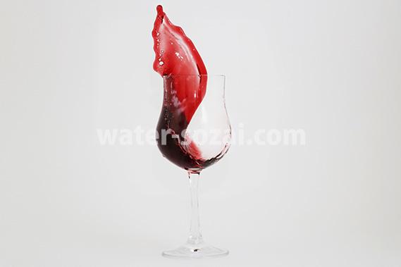 グラス内で躍動する赤ワインの写真・フォト