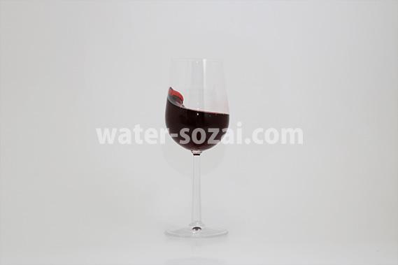 グラスの中で揺れる赤ワインの写真・フォト