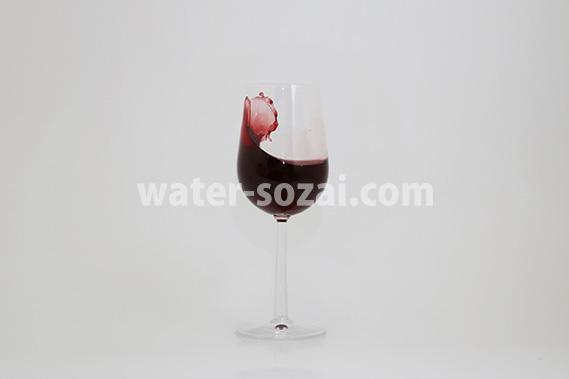 グラスの中で赤ワインが跳ね返る写真・フォト フリー素材