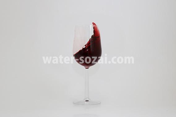 グラスから赤ワインがはみ出る写真・フォト